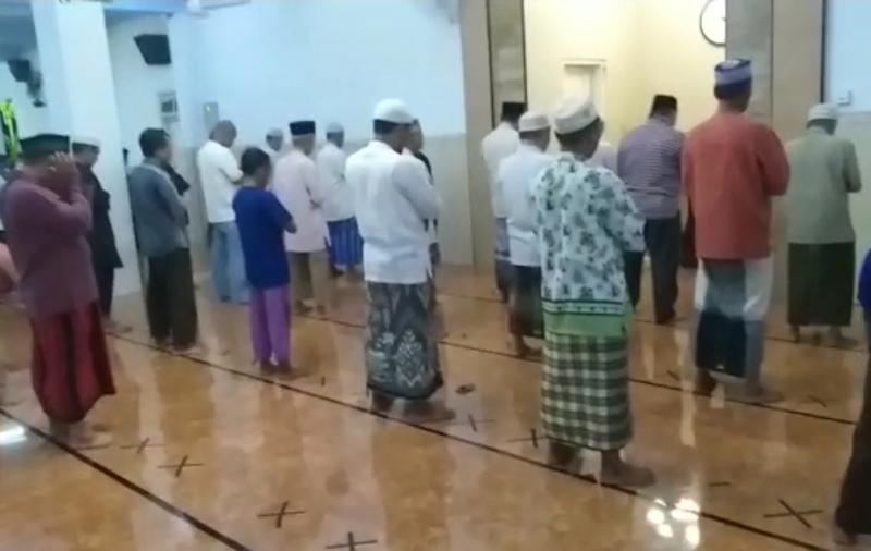 Aturan shaf jamaah di Masjid at-Taqwa Pogot Surabaya. (Arifin/PWMU.CO)