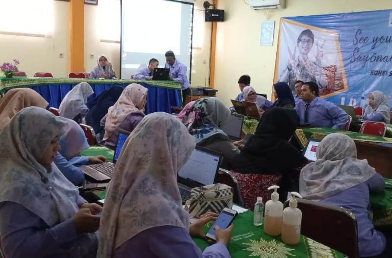Guru Smamita menyiapkan belajar online dengan siswa selama libur Corona. (Wahyu/PWMU.CO)