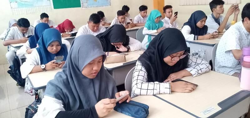 Murid Smamita Sidoarjo mengikuti ujian online pakai android. (Wahyu Murti/PWMU.CO)
