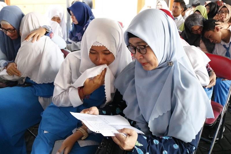 Air mata meleleh saat orang tua baca surat dari anak. Inilah yang tergambar dalam kegiatan Permohonan Doa Restu di Spemdalas, Sabtu (14/3/20).