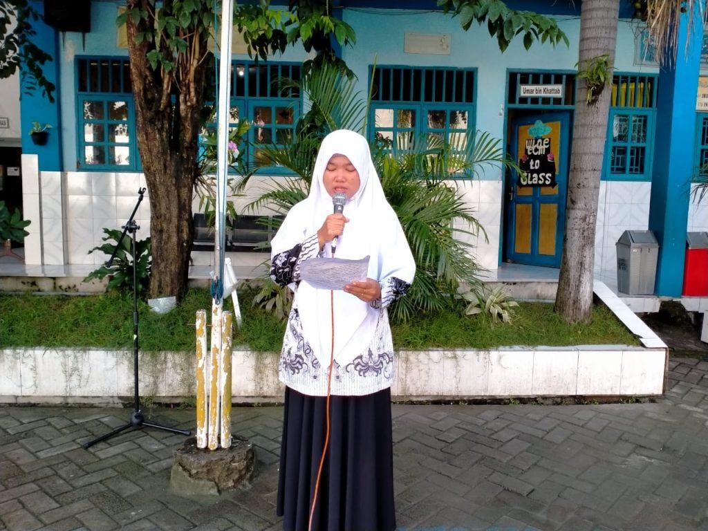 Surat SD Muwri untuk Komnas HAM dibacakan salah satu guru di halaman sekolah, Jumat (28/2/20). Surat itu berisi ungkapan dan harapan keluarga besar SD Muwri atas insiden yang menimpa SMP Negeri 1 Turi, Sleman, Yogyakarta beberapa waktu lalu.