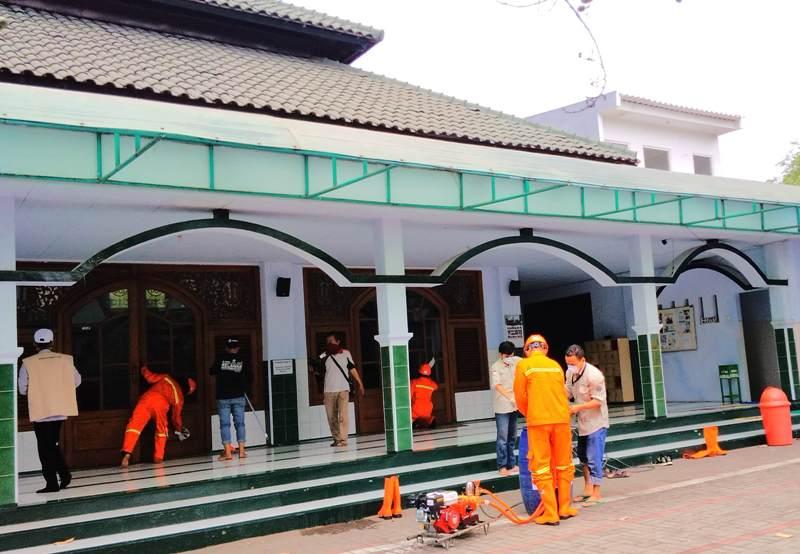 Tim MDMC Jatim dan Lazismu menyemprot disinfektan di Masjid al-Badar. (Adit/PWMU.CO)