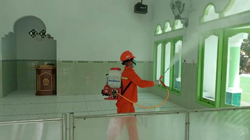 Aksi penyemprotan disinfektan di Masjid Kamsinah. (Isa/PWMU.CO)