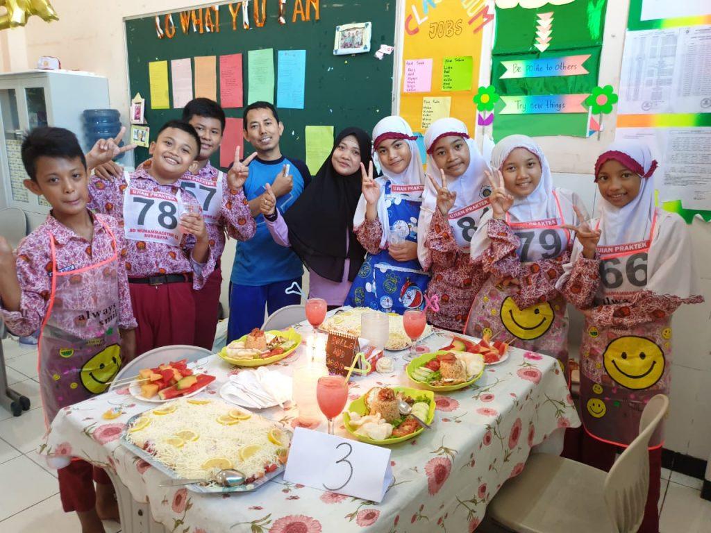 Ujian SD Muhlas buat kreasi nasi goreng jawa. Seperti yang dilakukan para siswa kelas VI dalam Ujian Praktik Seni Budaya dan Prakarya, Sabtu (29/2/20).