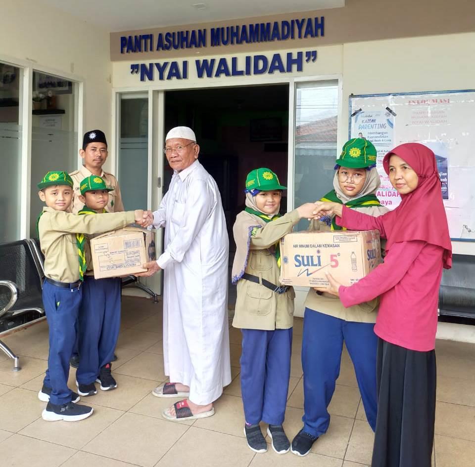 HW SD Muhlas kunjungi Panti Asuhan Nyai Walidah, Jalan Dupak Bandarejo I No 30-A, Krembangan Surabaya. Kegiatan dilaksanakan Kamis (5/3/20).