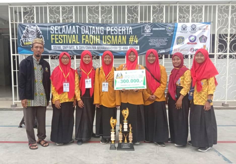 Tangis haru juara Tahfidh FFU #4 SMP Maju Sakti Sidokumpul, Paciran, Lamongan di Aula Sang Pencerah Universitas Muhammadiyah Gresik (UMG), Sabtu (7/3/20).
