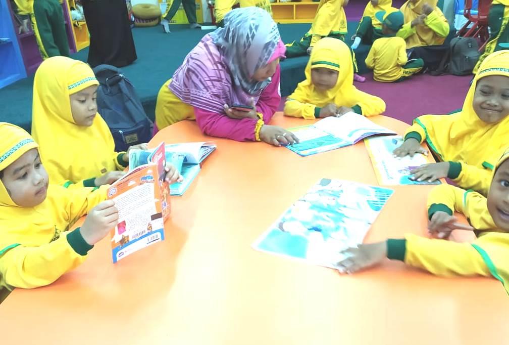 Baca cerita lima menit dapat tanamkan karakter baik pada anak. Demikian pesan Kepala PG-TK Aisyiyah 6 Candi, Sidoarjo Dewi Islamidina, Jumat (13/3/2020).
