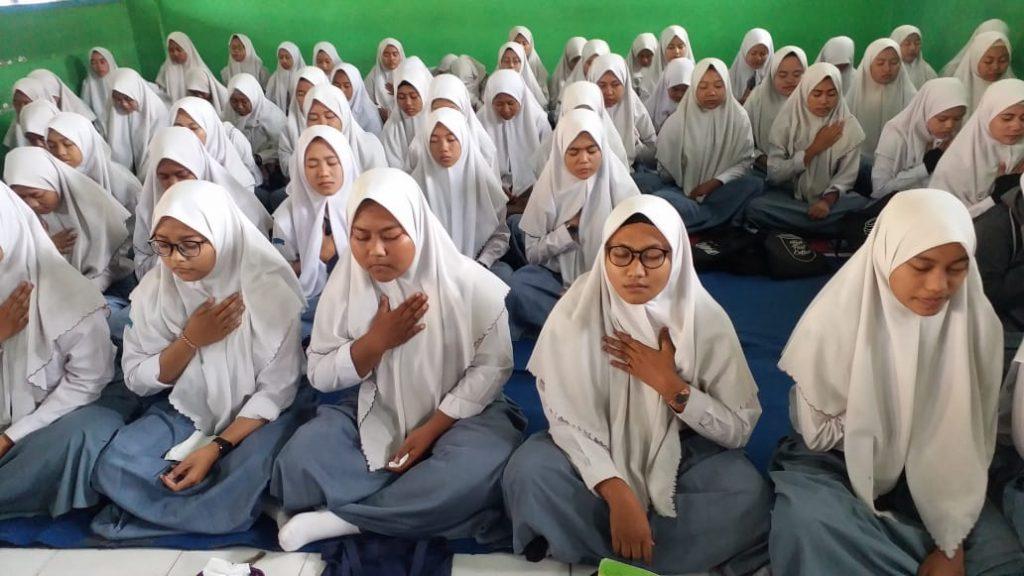 Siswi Kelas XII SMK Pemuda Krian (Smedaka) Saat Mengikuti Kegiatan Motivasi Spiritual di Aula AR Fahruddin (Desy Kartika/PWMU.CO)