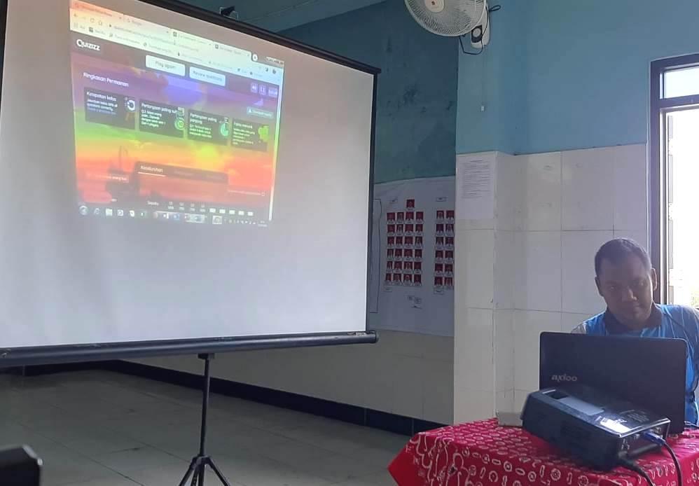 Guru SMP Mutu belajar Quizizz, salah satu media interaktif pembelajaran daring, yang digunakan sekolah tersebut sebagai solusi belajar siswa di rumah.