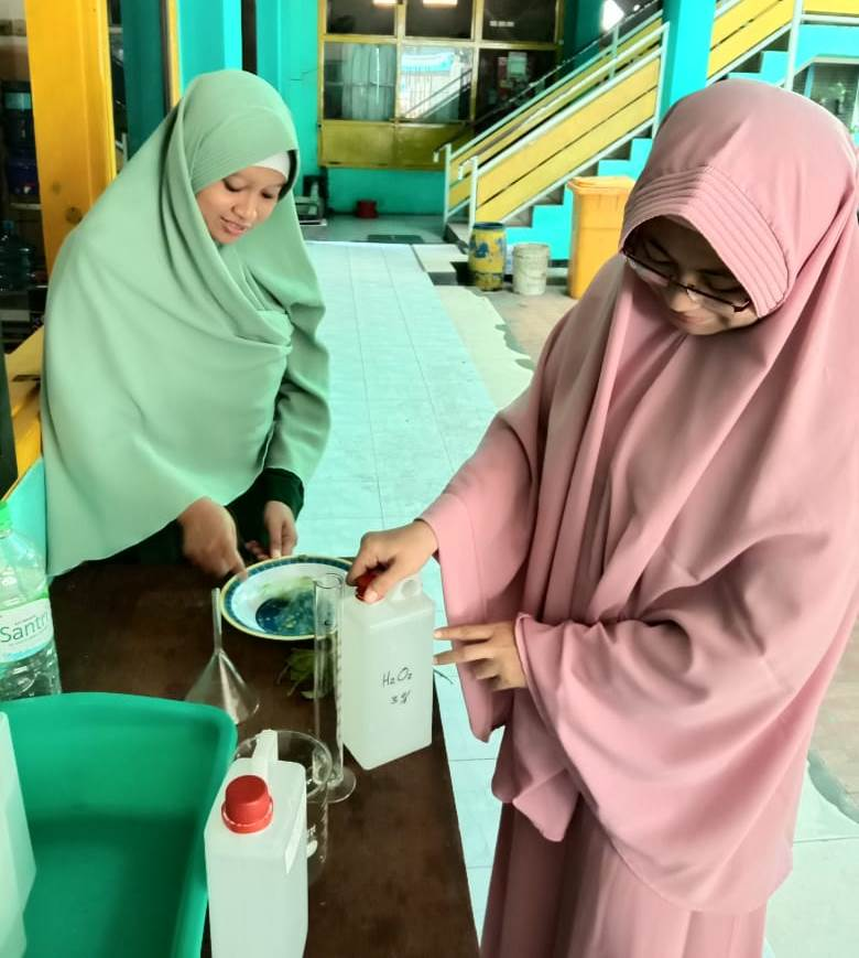 Begini hand sanitizer standar WHO SMP Mutu dibuat. Terdiri dari bahan bahan alami aloe vera (ekstrak lidah buaya), alkohol 70 persen, dan peroksida