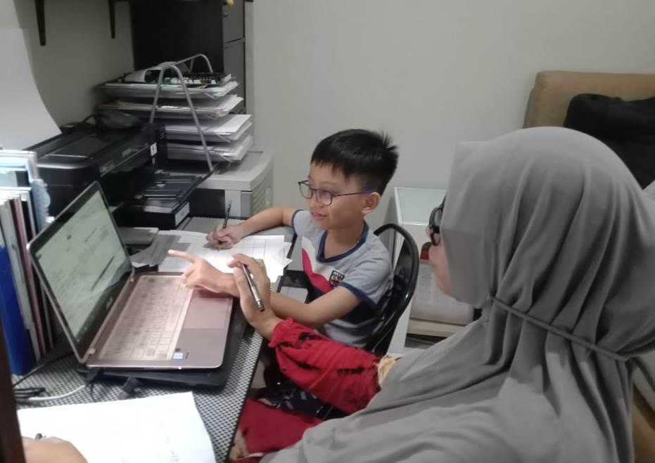 PJJ, solusi belajar siswa SD Muhidadi masa pandemi Covid-19. Sekolah tersebut mempunyai cara berbeda dalam proses pembelajaran selama siswa di rumah.