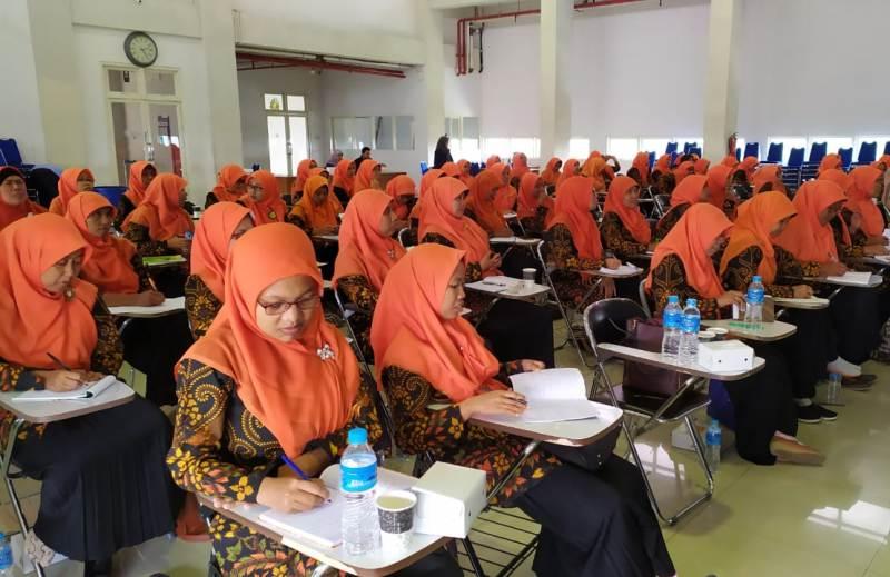 Peserta Workshop Organisasi dari kepala TK-KB Aisyiyah mengupas pemimpin. (Musyrifah/PWMU.CO)
