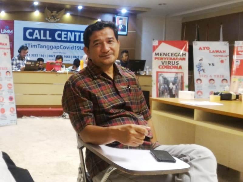 Dr Thontowi Djauhari di Posko Call Center Tim Tanggap Covid 19 RSU UMM. (Uzlifah/PWMU.CO)