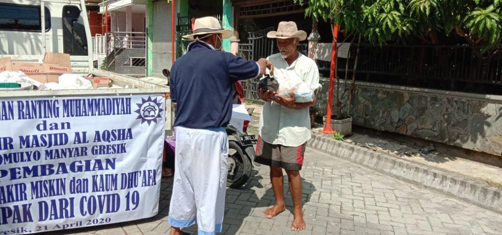 Bangun masjid, PRM Sukomulyo masih menyempatkan membagikan paket sembako untuk warga terdampak Covid-19, Selasa (21/4/20). Bingkisan sejumlah kurang lebih 110 paket itu dibagikan gratis.