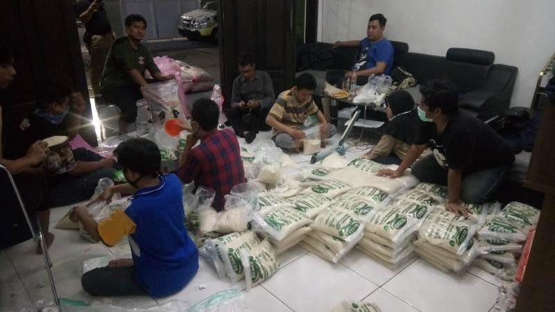 Gerakan Taawun Sosial serentak PDM Kota Surabaya di 31 kecamatan dengan membagikan sembako. Foto: Panitia menyiapkan beras untuk dibagikan ke dhuafa lewat PCM.