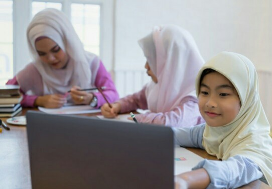 Saat Orangtua Jadi Anak SD Lagi ditulis oleh M Arfan Mu'ammar, Wakil Direktur Program Pascasarjana Universitas Muhammadiyah Surabaya.