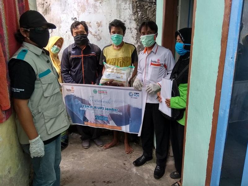 Penderita TBC diberi paket sembako oleh Lazismu Lumajang bersinergi dengan YBM PLN UP3 Jember yang dikomandoi MCCC, Rabu (15/4/20).