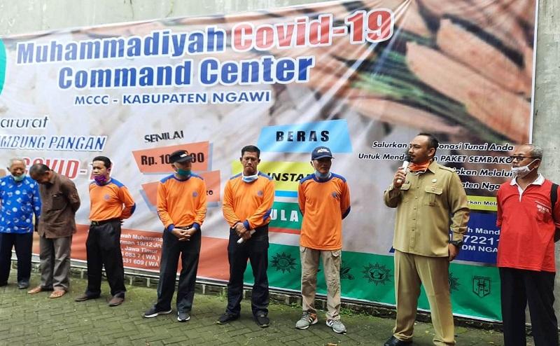 Lazismu Ngawi me-launching lumbung pangan Muhammadiyah dan menyerahkan 400 paket sembako pada warga yang kena dampak covid-19, Senin (6/4/20).