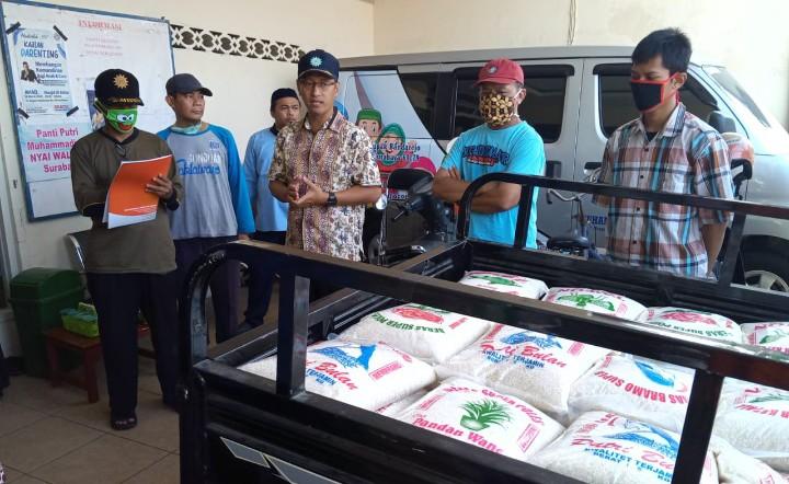 Lumbung Pangan PCM Krembangan bagi beras. Bantuan pangan ini ditujukan untuk warga terdampak pandemi Covid-19, Selasa (7/4/2020).