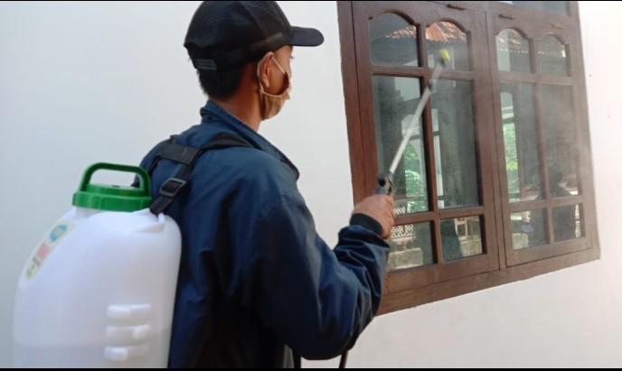 Pasca bagi sembako MCCC Asembagus lakukan sterilisasi. Sebanyak 13 mushalla dan 3 masjid mendapatkan penyemprotan disinfektan pada Kamis (24/4/2020).