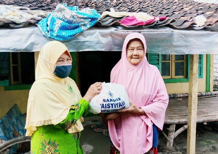 MCCC Karangagung taat protokol kesehatan saat bagi 450 paket sembako. Kegiatan yang dilakukan bersama PRA Karangagung dilaksanakan pada Rabu (22/4/2020).
