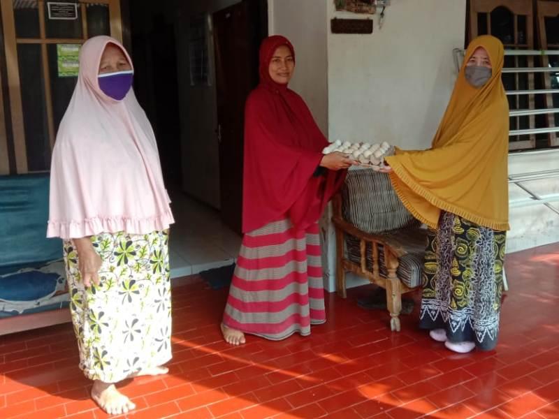 MCCC Kota Malang membagikan telur bantuan donatur ke masyarakat. (Uzlifah/PWMU.CO)