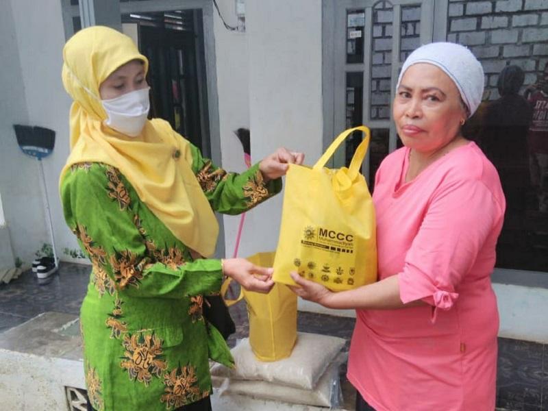 MCCC Sekapuk Gresik melakukan aksi membagi paket sembako pada warga Desa Sekapuk Ujungpangkah Gresik, Ahad (19/4/20) yang terdampak pandemi covid-19.