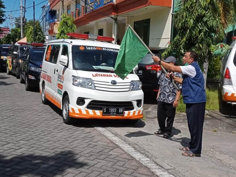 Ketua MCCC Jawa Timur Tamhid Masyhudi memberangkatkan mobil distribusi sembako. (Sugeng/PWMU.CO)