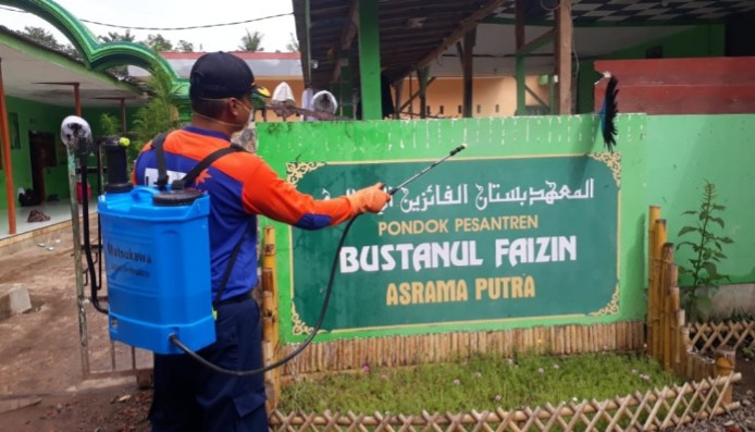 MCCC Situbondo sterilisasi dan bagi masker. Sebanyak 100 masker dibagikan kepada masyarakat di wilayah Kabupaten Situbondo pada Selasa (07/4/2020).