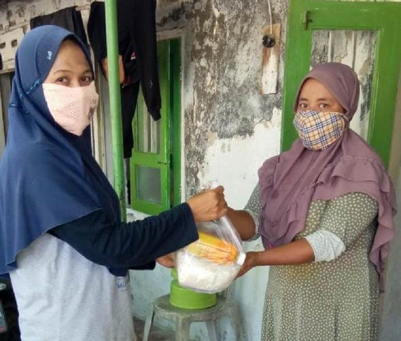 MIM Ujungpangkah Gresik menggandeng Ikwam dan Lazismu KL Pangkawetan membagikan 150 paket sembako dan masker, Rabu (22/4/20).