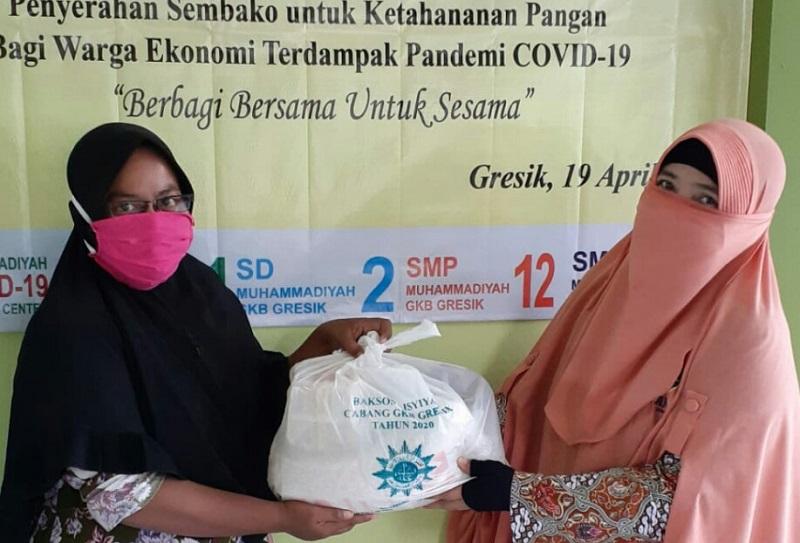 PCA GKB memberikan sembako pada warga yang tidak mampu dan terdampak wabah covid-19 di Klinik Aisyiyah GKB Gresik, Sabtu-Ahad (18-19/4/20).