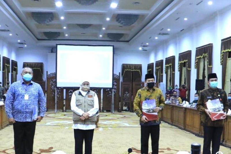 Gubernur Khofifah bersama pimpinan tiga daerah umumkan PSBB mulai 28 April. (Faisol/PWMU.CO)