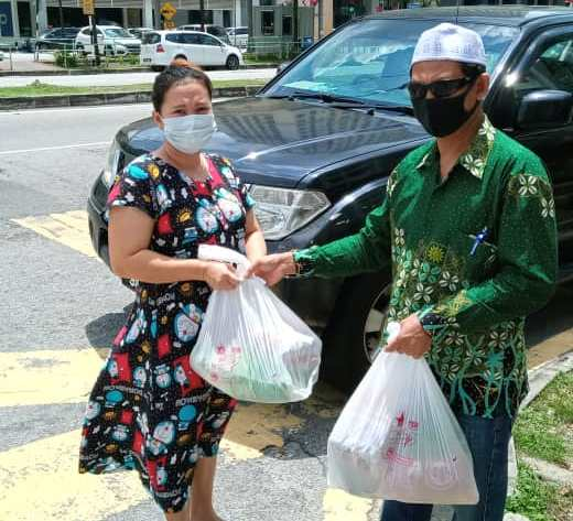 Pekerja migran mendapat bingkisan sembako dari PCIM Malaysia. (Khoiruddin/PWMU.CO)