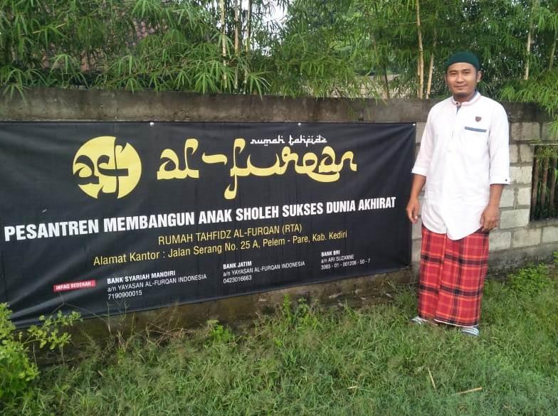 dr Wahyu Nur Alamsyah SpB di lokasi Rumah Tahfidh al-Furqon PCM Pare. (Suparlan/PWMU.CO)