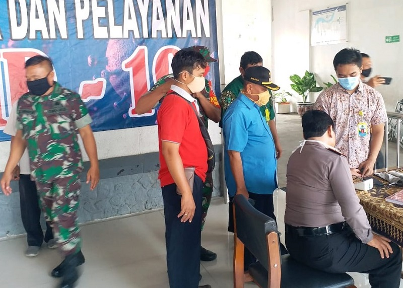 Stasiun Babat diperiksa tim medis dari RSUM Babat. Mereka menggelar pemeriksaan kesehatan untuk para penumpang yang turun di Stasiun Kereta Api Babat, Ahad (5/4/20).