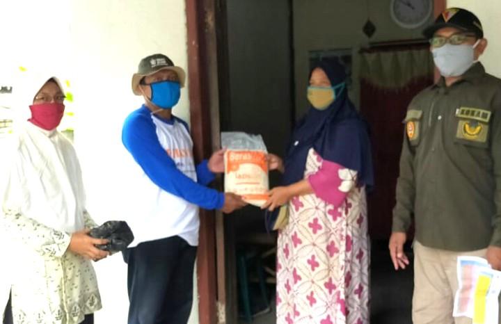 Saat Puasa MCCC Babat terus berbagi. MCCC Babat Kabupaten Lamongan melalui PCPM dan PCNA Babat berbagi sembako dan masker pada Sabtu (25/4/2020).
