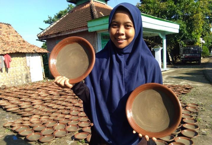 Santriwati Babat bikin cobek saat stay at home. Dia adalah Faradita Diniyatuz Zahroh, siswi SMA Muhiba sekaligus santriwati Pesantren Muhammadiyah Babat.