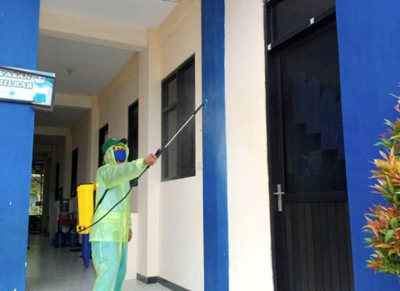 Semprotan disinfektan di MI Muhamamdiyah 28 Bangkingan PCM Lakarsantri, Kamis, 2/4/2020. (Sugeng/PWMU.CO)