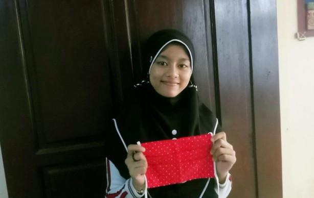 Siswa SMP Mutu Su LPrabaya membuat masker. Siswa itu adalah Maritza Verda Sekar Wangi kelas IX A dan Tiara Fernandri Sukma siswi kelas IX B.