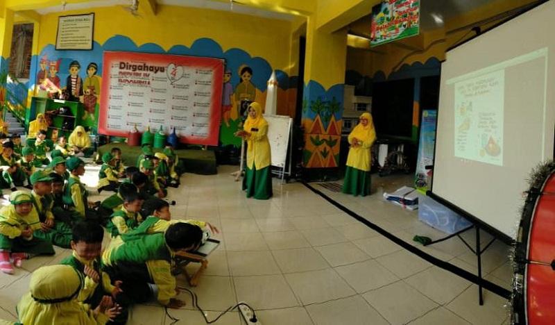 Siswa TK Aisyiyah 36 PPI Manyar Gresik semakin rajin menjaga kebersihan di rumah. Wali siswa pun memberikan dokumentasi homework melalui foto atau video.