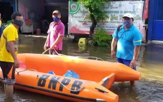 Tim Peduli Banjir PCM Babat bergerak cepat untuk membantu warga terdampak banjir Kamis (9/4/2020) malam di Kelurahan Babat Kecamatan Babat Kabupaten Lamongan.