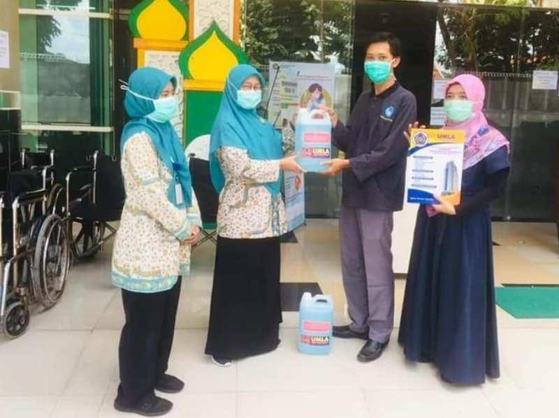 Tim UMLA membagikan cairan sanitizer ke rumah sakit dan klinik. (Sulistyowati/PWMU.CO)