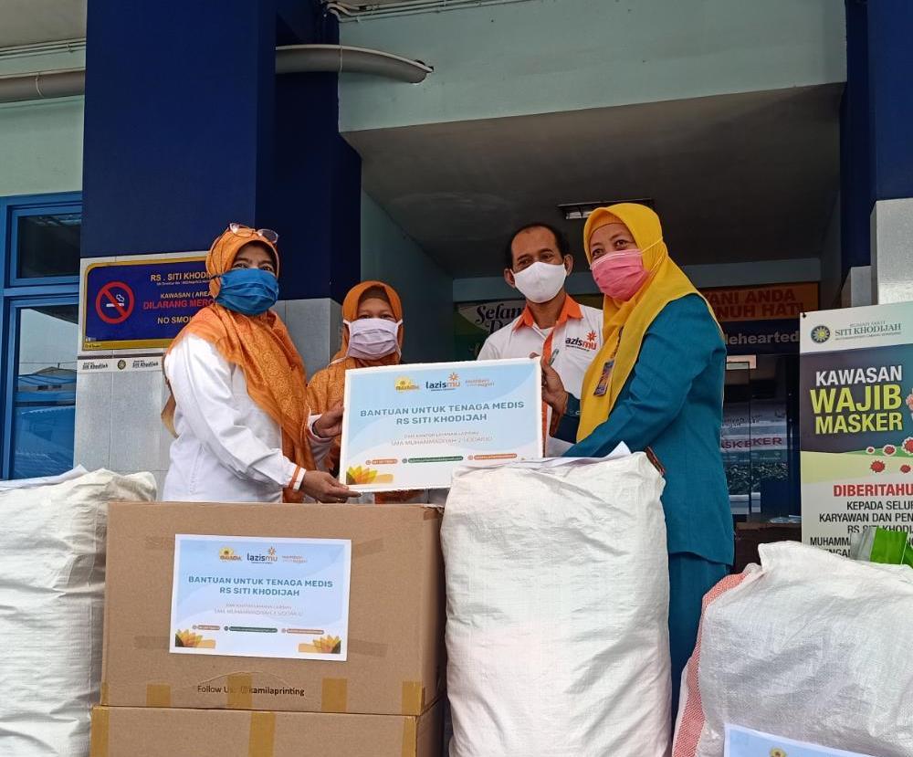 Smamda donasi APD untuk RS Siti Khodijah Sepanjang, Sidoarjo. Selain APD, bantuan juga berupa susu UHT yang diserahterimakan Selasa (14/4/20).