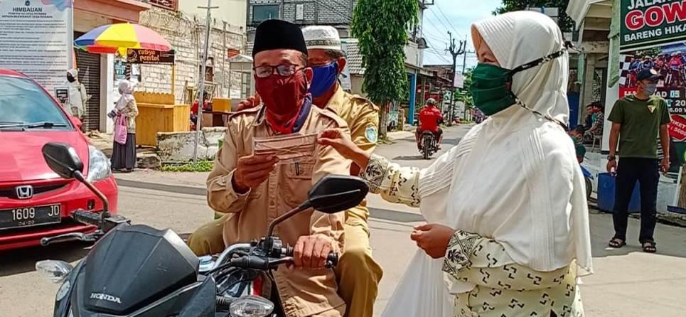 PRNA Payaman sebar 400 masker gratis pada warga desa. Bertempat di simpang empat jalan desa, kegiatan itu berlangsung pada Senin (20/4/20).