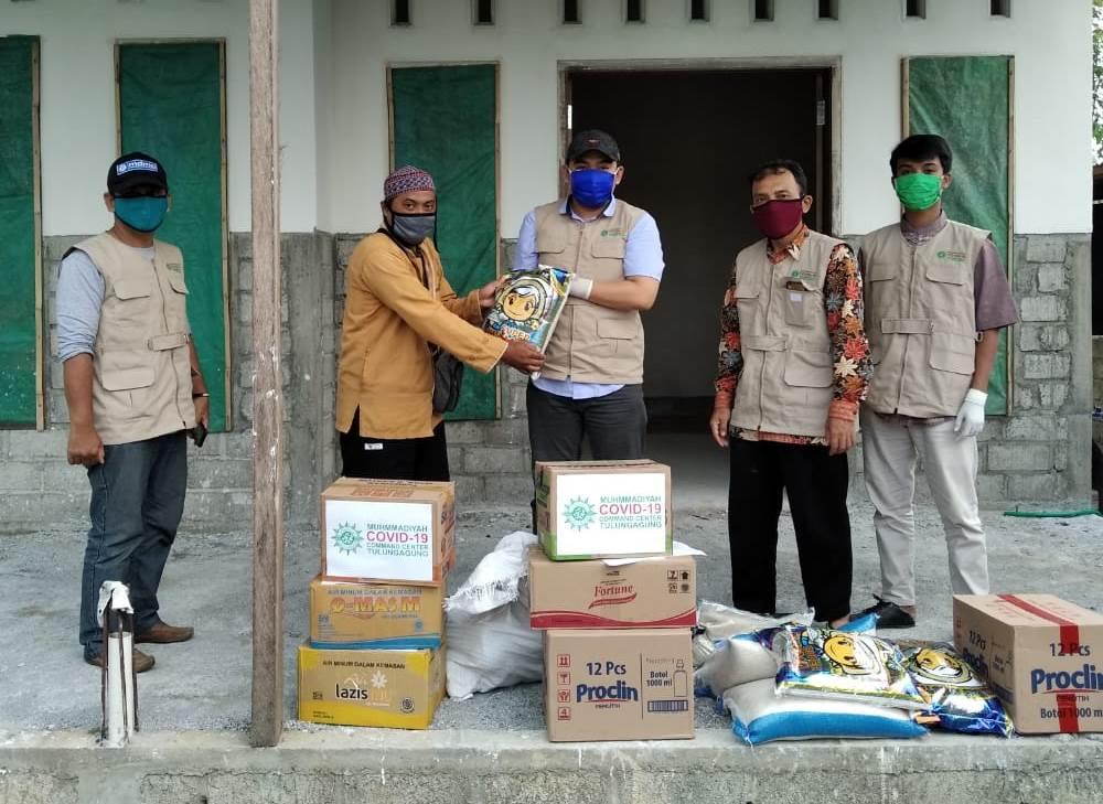 MCCC Tulungagung bawa misi dakwah dan kemanusiaan saat salurkan bantuan ke Desa Jabalsari, Kecamatan Sumbergempol, Tulungagung, Senin (27/4/20).