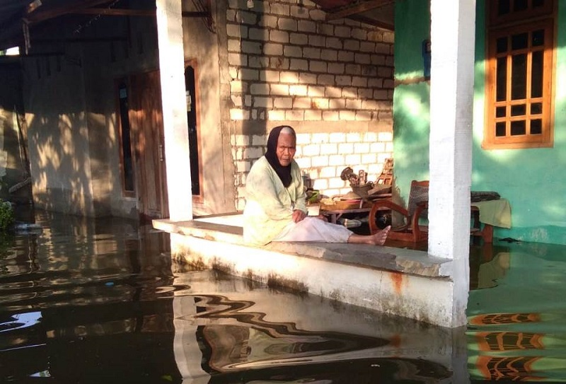 Desa Bedahan banjir di tengah wabah Corona. Warga berjibaku dengan terjangan banjir akibat hujan deras sepanjang Kamis malam, (9/4/20).