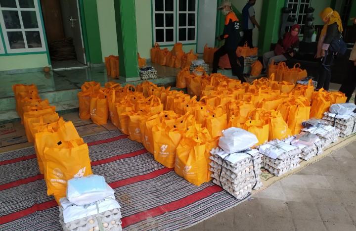 1350 Paket Sembako MCCC Ponorogo Untuk Guru. MCCC bekerja sama dengan Lazismu bagikan sembako untuk guru AUM yang terdampak pandemi Covid-19