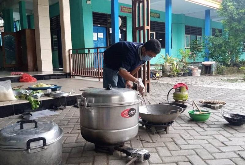 Dapur umum AMM Nganjuk didirikan untuk melakukan aksi menyediakan makanan bagi masyarakat yang terdampak Covid-19.