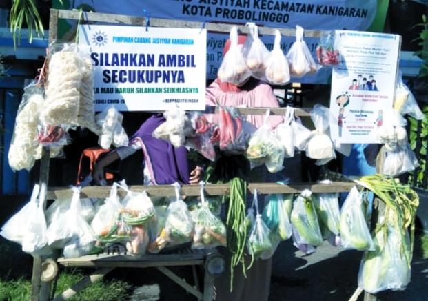 PDA Kota Probolinggo membuka Pasar Gratis memperingati milad Aisyiyah. (Hanafi/PWMU.CO)