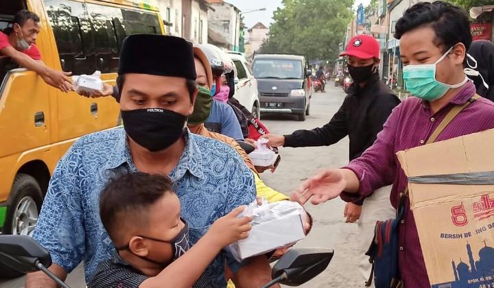 Alumni SMA Muhiba bagi takjil dan masker. Sebanyak 150 takjil dan 100 masker dibagikan kepada pengguna jalan pada Jumat (22/5/2020).